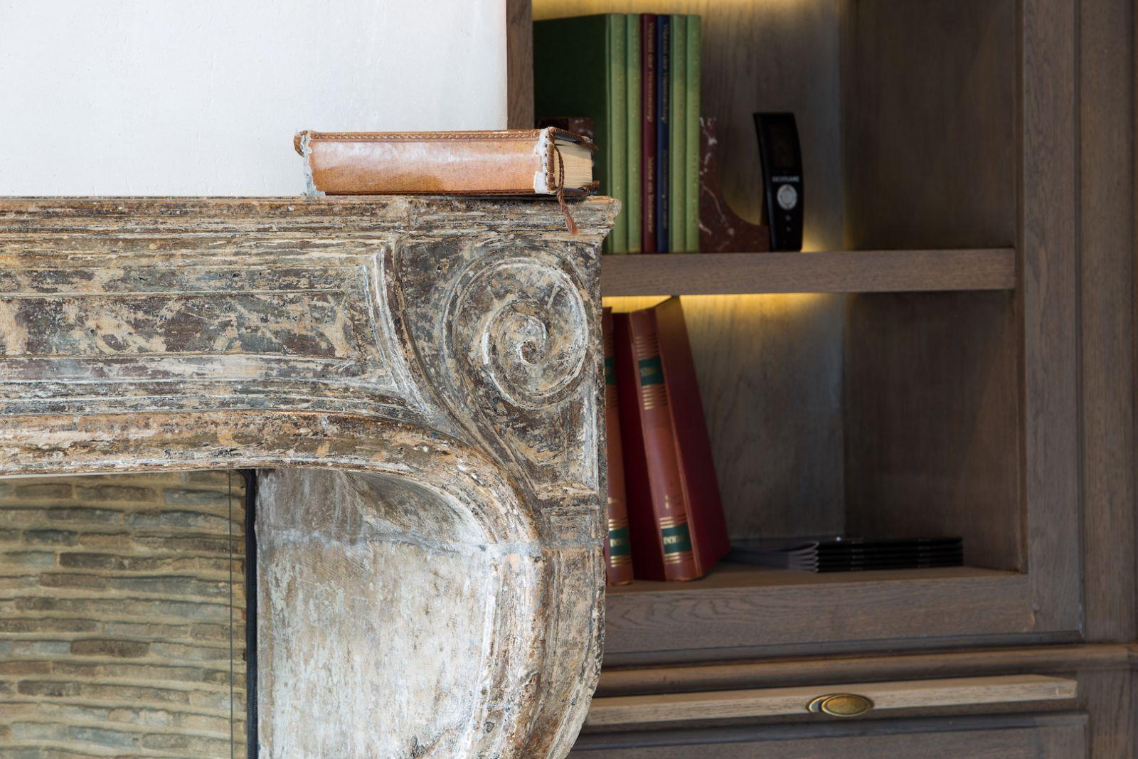 Antieke schouw met haard